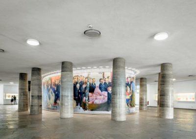Wandelhalle mit Wandbild: Johannes Grützke, Der Zug der Volksvertreter (1991)
